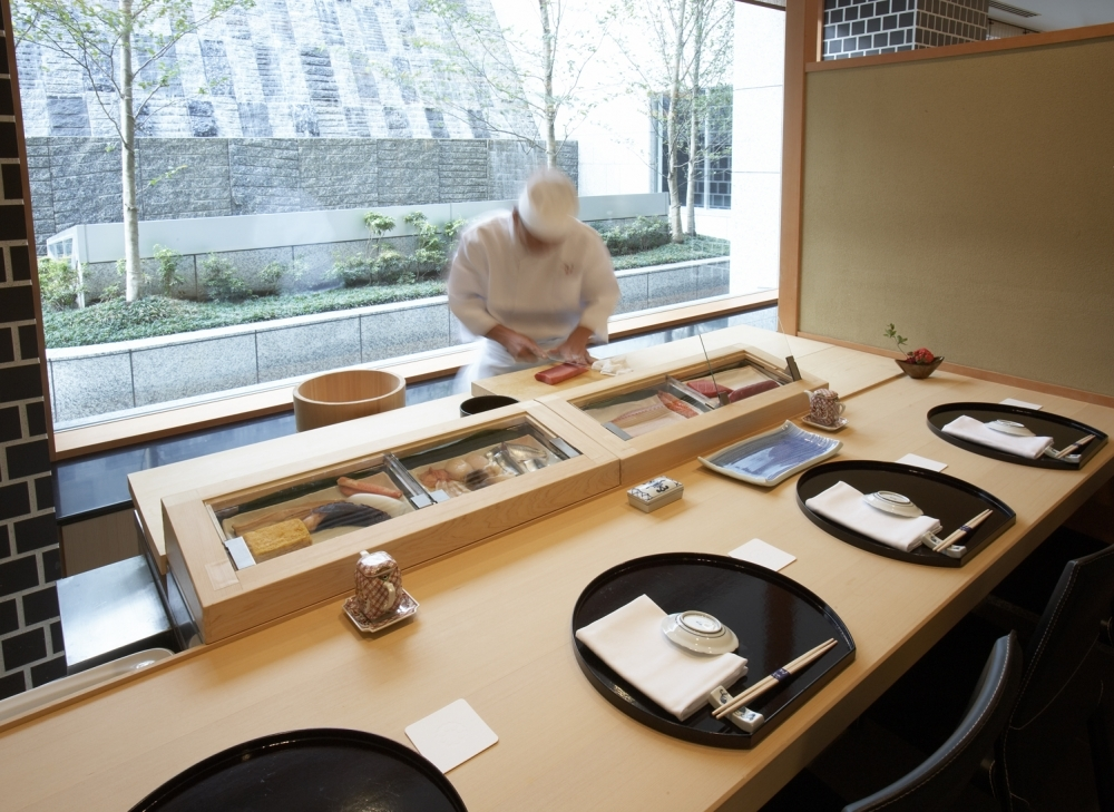 プライベートカウンターで板前が握る寿司を提供