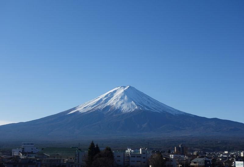 屋上から望む富士山と河口湖