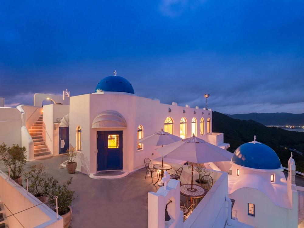ギリシャカラーで彩られた岩壁のリゾートホテル!「VILLA SANTORINI」(高知県)
