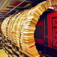 本のトンネルをくぐりたい♡1ドルで販売するロサンゼルスの古本屋