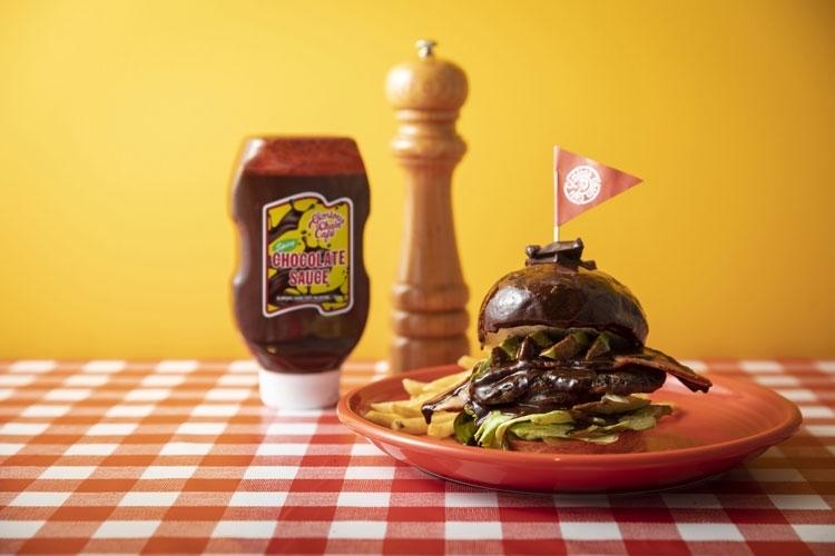 刺激的なチョコレートソースのバーガー