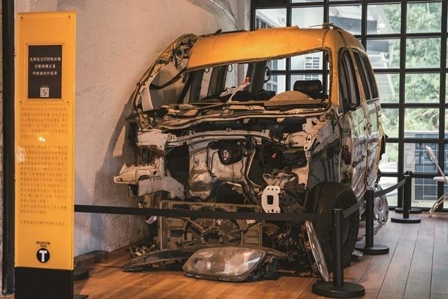 痛ましい飛行機事故に巻き込まれたタクシーも。