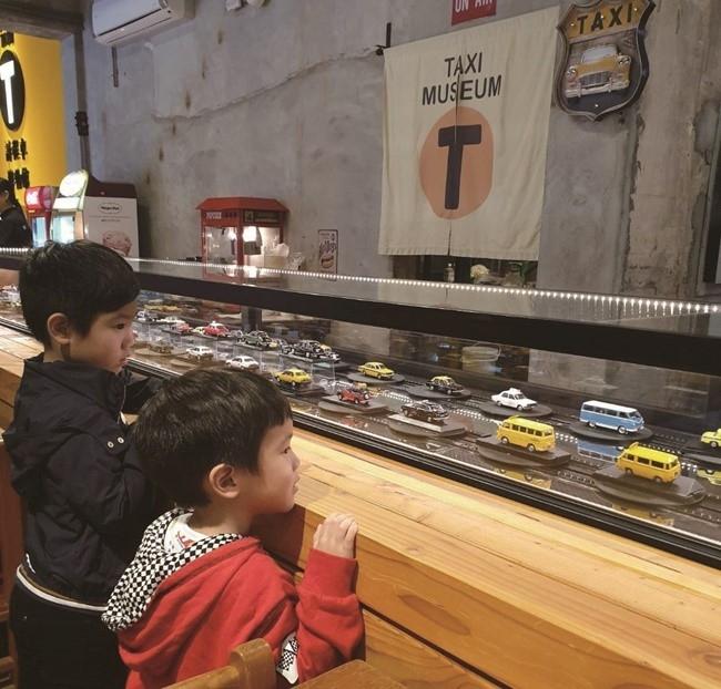 回転ミニカーを眺める子どもたちの様子はオーナーの癒しに。