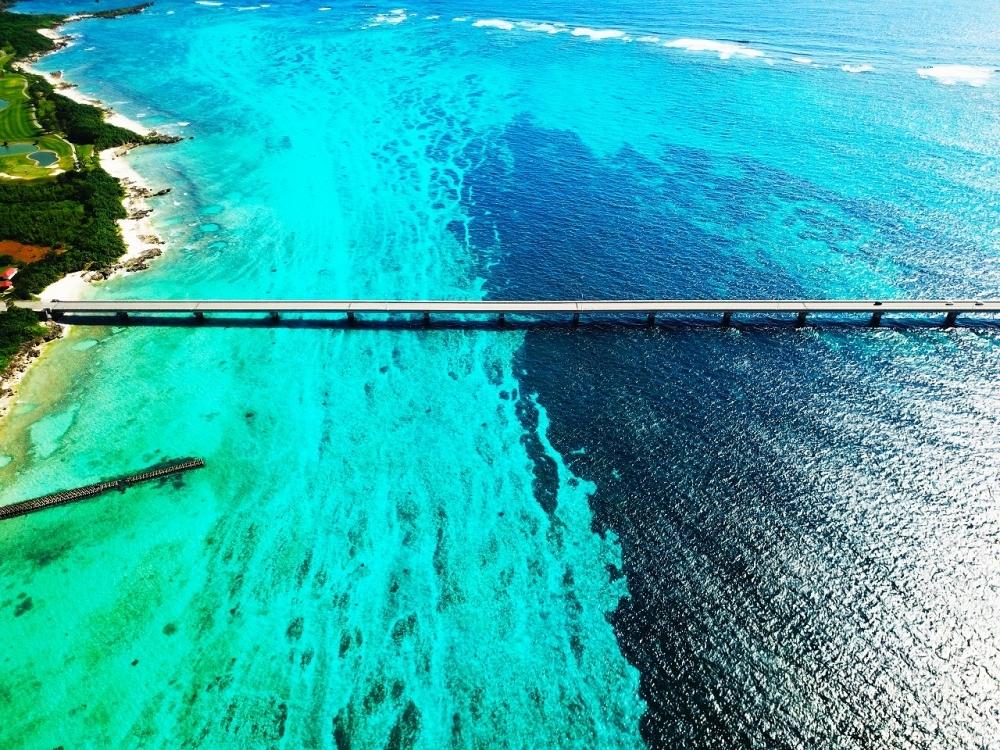 東洋一美しいビーチのすぐ脇、きれいな海に掛かる来間大橋