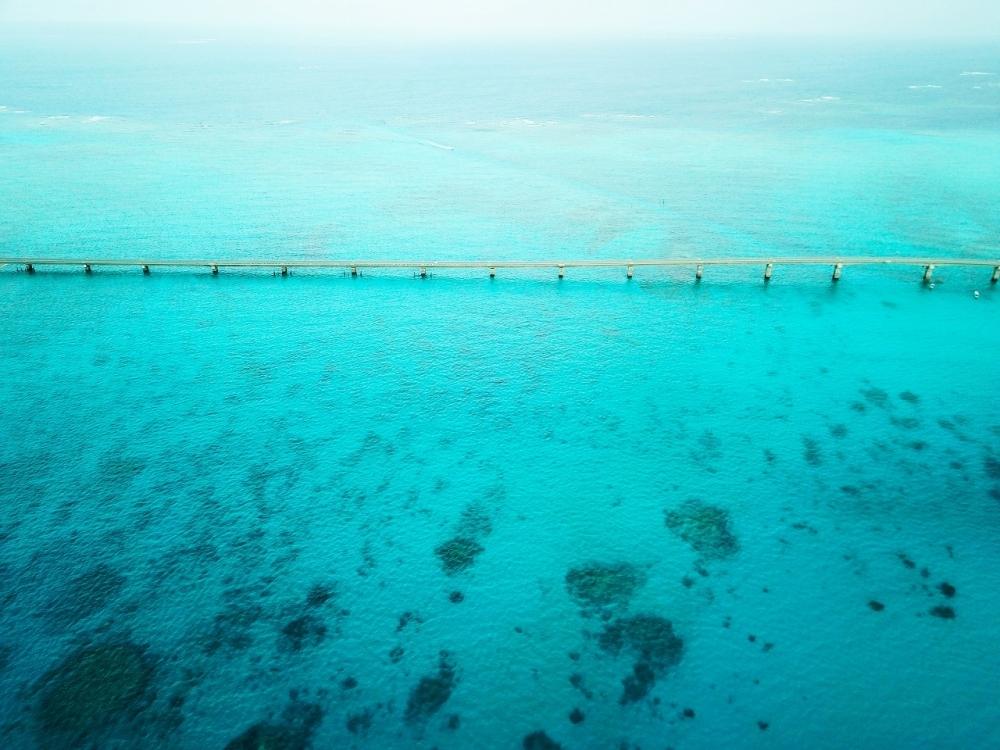 海の水色っぷりに息を飲む。必ず渡ってほしい池間大橋