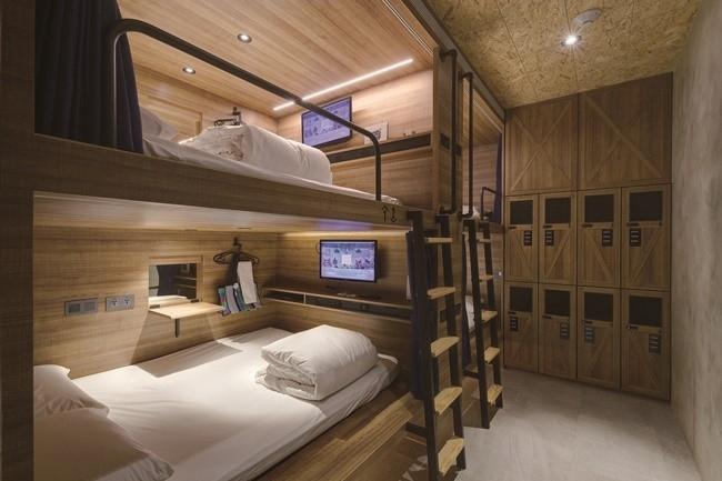 清潔で快適! ベッドスペースは、必要な設備をスタイリッシュにまとめて。