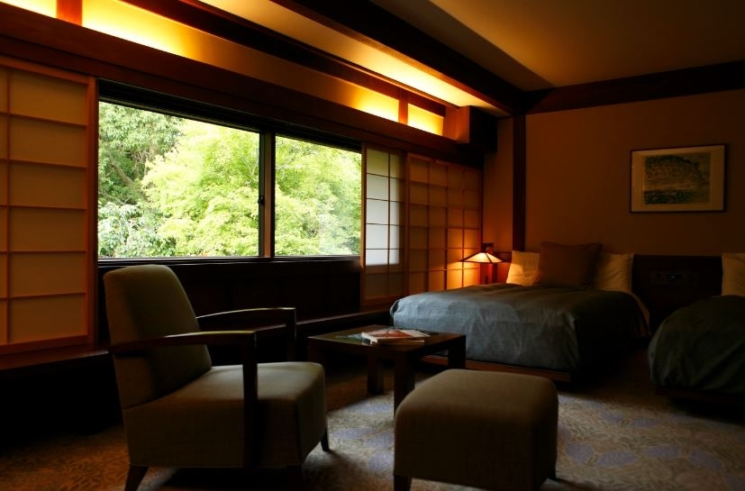 古民家をリノベーションした、木のぬくもりと上品さを兼ね備える客室