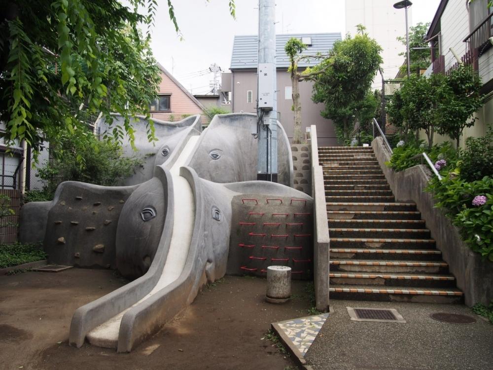 全国でもココだけ! インパクト絶大なゾウ2頭による滑り台(新宿区)