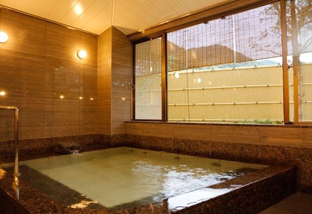 温泉は、有馬温泉特有の「銀泉」を堪能