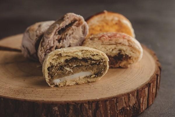 サクサクの生地の丸い月餅の中に、緑豆などの滋味深い餡をたっぷりと。