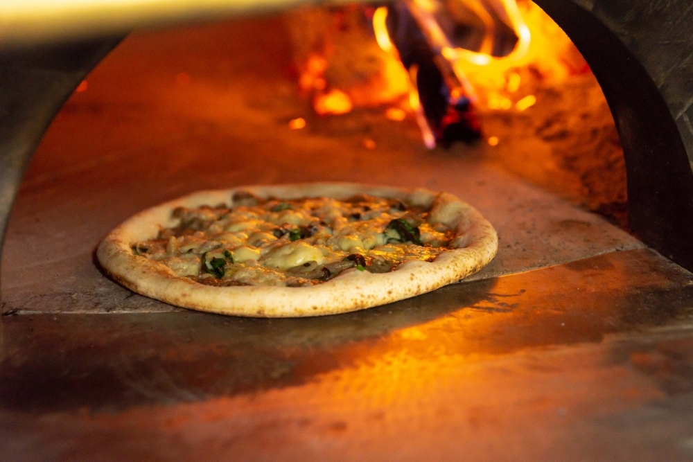 イタリア・ナポリから取り寄せた石釜で焼く本格ピッツァ