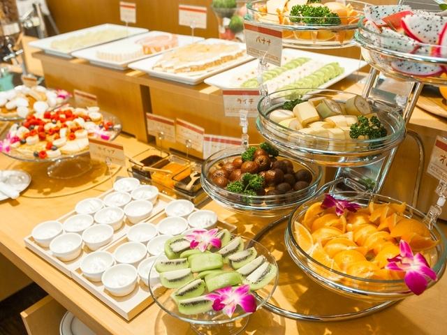 地元の食材を使った料理が並ぶ朝食バイキング
