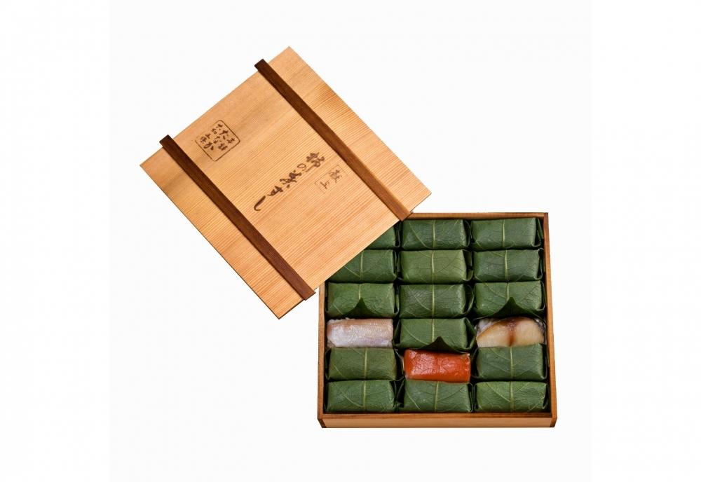 贈答用にもおすすめの「柿の葉すし 木箱 さば・さけ・たい詰合せ 18個入り」