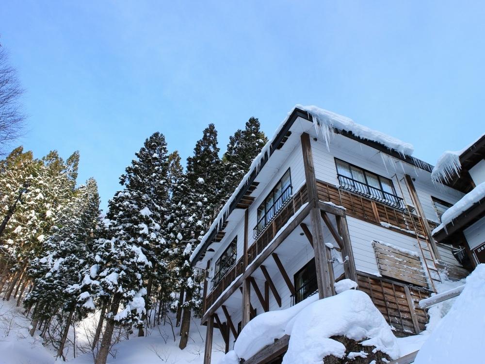 送迎車で雪道を行くのも楽しい「新高湯温泉 吾妻屋旅館」(山形)