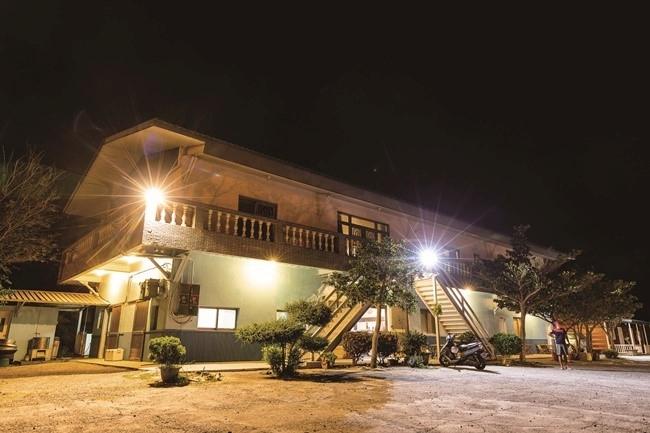 親族の団欒のために建てられた家を、憩いを提供する民宿に再生。