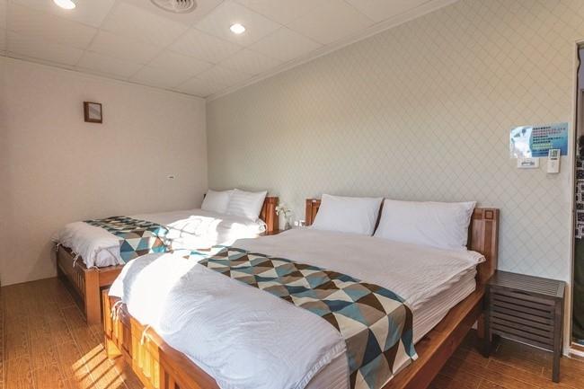 室内はシンプルで快適。バスアメニティは自然派アイテムを厳選。