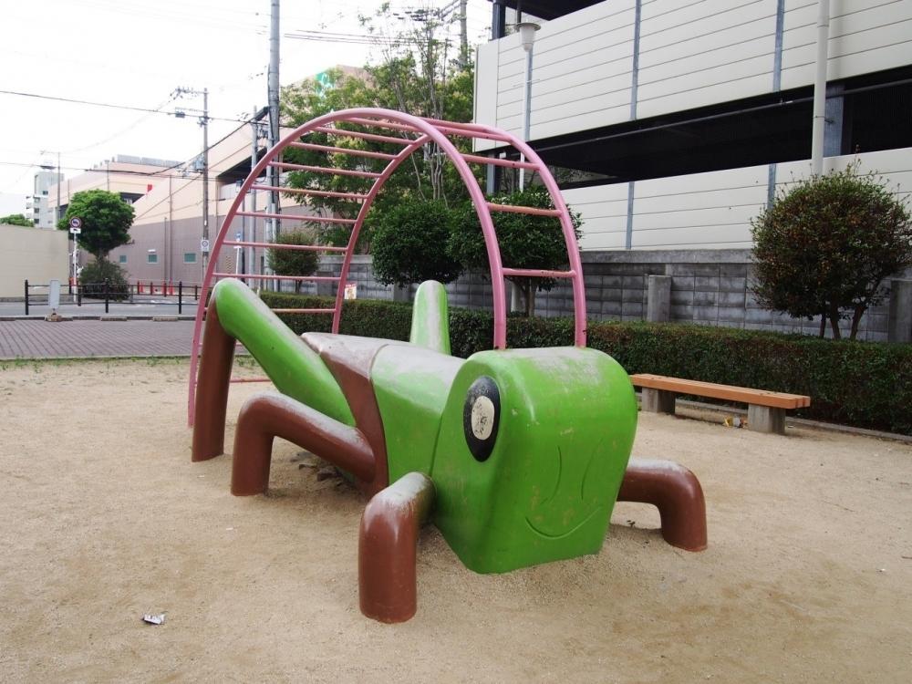 触覚にぶらさがって。バッタのうんてい(大阪市)