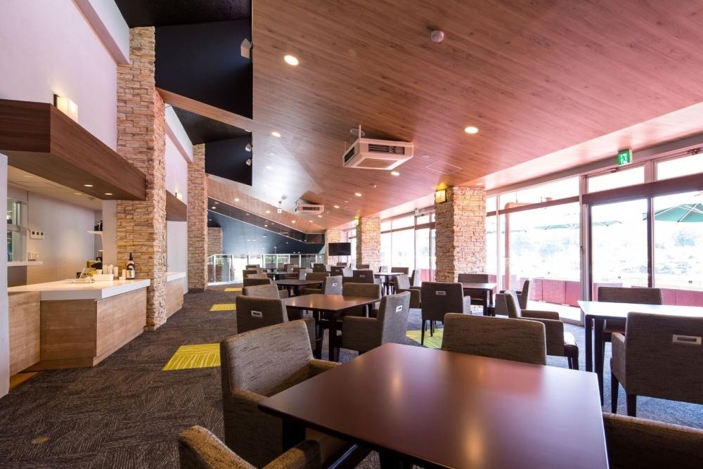 地元・山梨の食材を盛り込んだ料理の数々を、スタイリッシュな空間で堪能