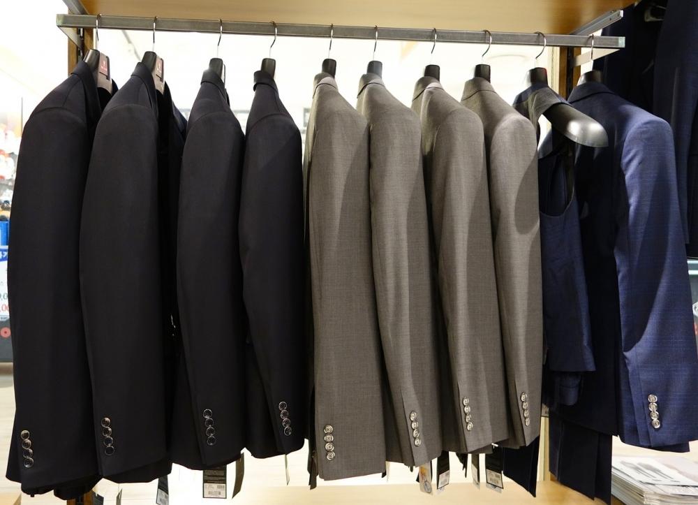 アイロンを使わない、洋服のしわ伸ばし方法①霧吹きをかけて干す。
