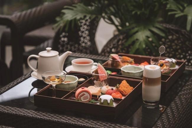 アフタヌーンティーは、お重に並んだ見目麗しい日本風。