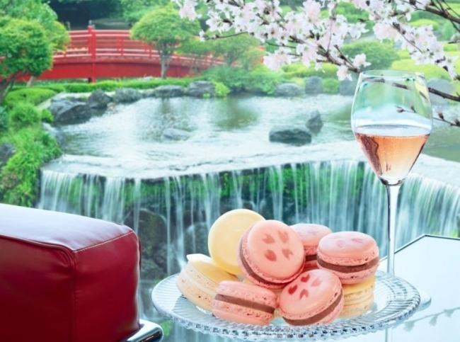 桜と酒粕がテーマの「紅白マカロン」