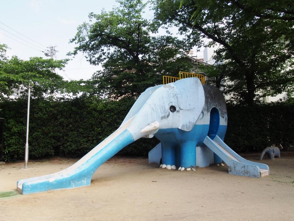 青い親子のゾウにほっこり(豊中市)