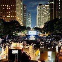 高層ビルの夜景のなかで…新宿で野外映画イベント