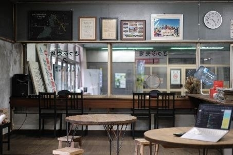 地下にカフェ?! 昔の駅務室を利用した駅喫茶は雰囲気抜群