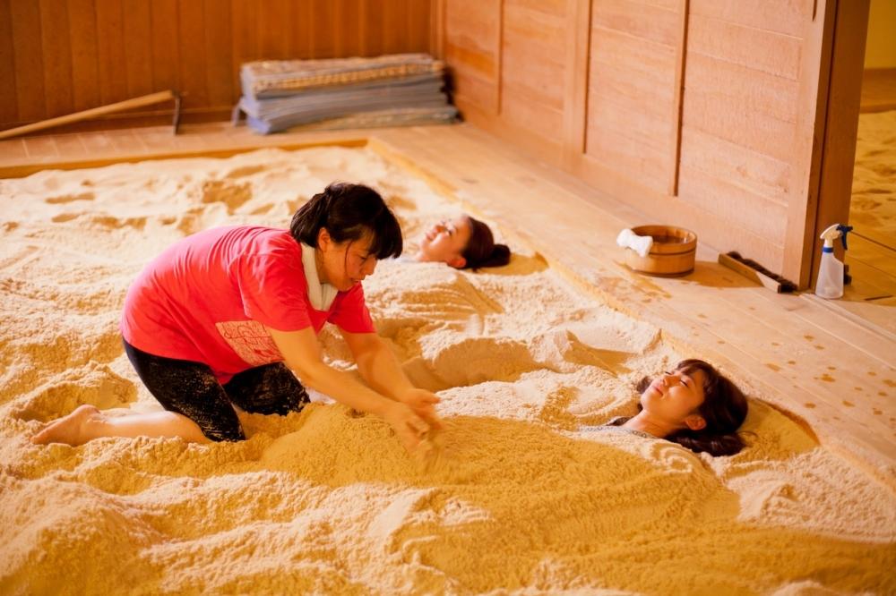 体の中から健康に!新感覚の「砂塩風呂」でリフレッシュ