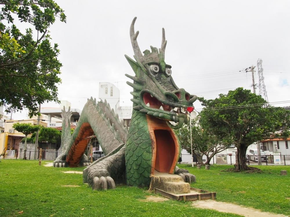 大迫力のドラゴンが全身を使って遊具に変身(浦添市)