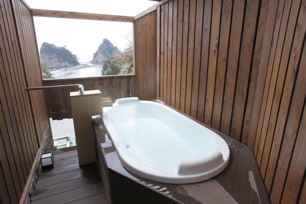 露天風呂付き客室で源泉掛け流しの温泉を満喫