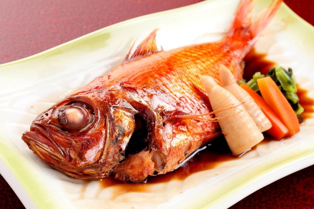 夕食は西伊豆で採れた魚介がメインの海鮮料理を