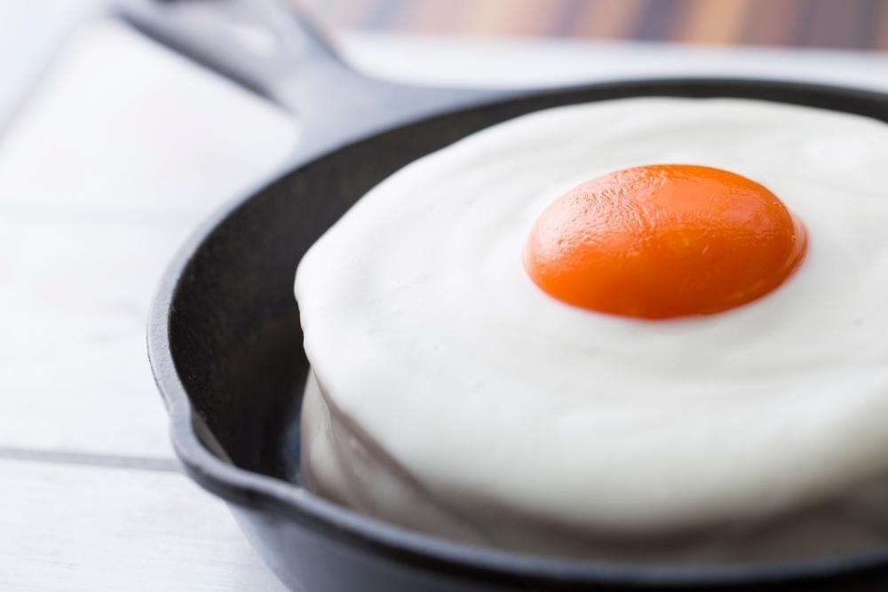 【新メニュー】目玉焼きそっくりのパンケーキ「メダマヤーキ」