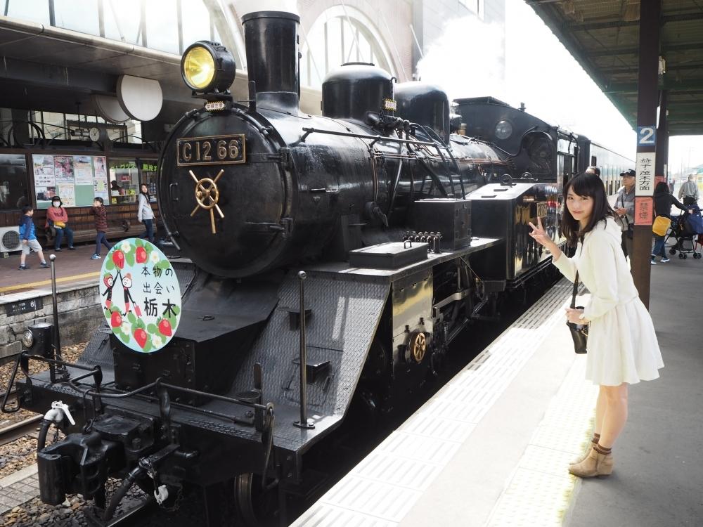 いちごに彩られたレトロな蒸気機関車!
