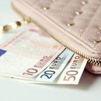 旅先だとつい財布のひもが緩む…。浪費をしないための4つのポイント
