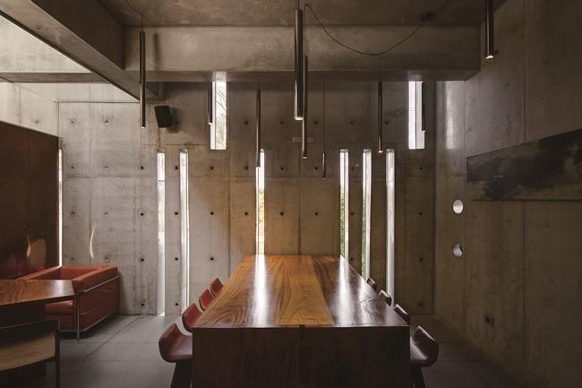 ニュアンスのあるコンクリート壁に、無垢材の家具を効かせた内装。