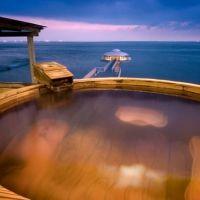 梅樽風呂と情緒ある滞在を。自家源泉による掛け流し湯を堪能できるホテル