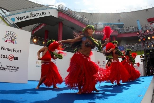 迫力のタヒチアンダンスやファイヤーダンスのパフォーマンスも!