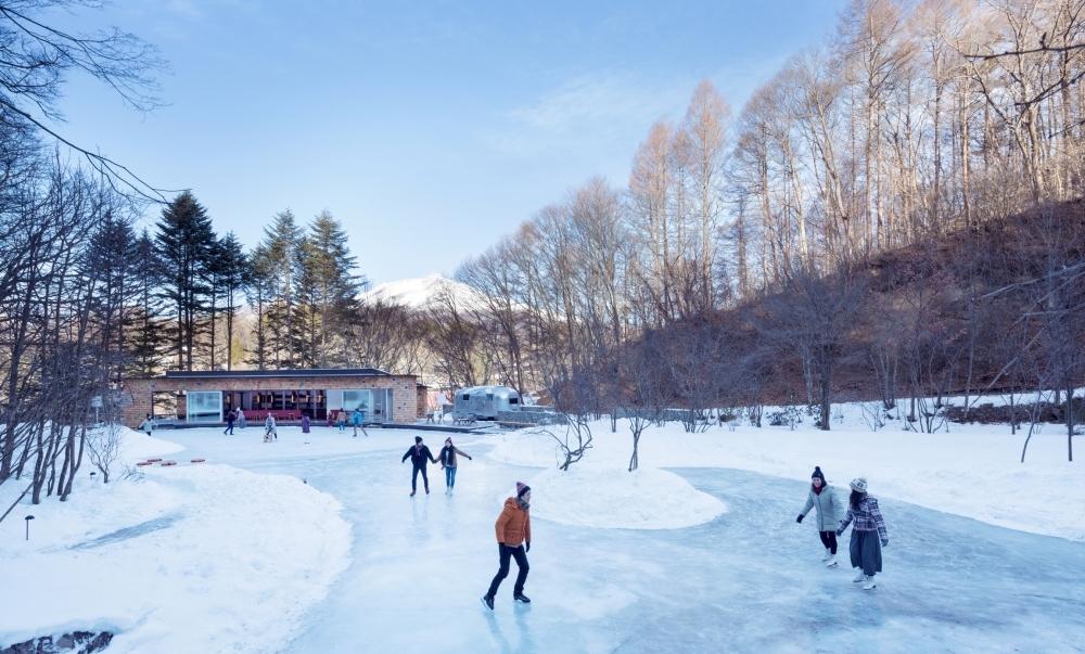軽井沢の森の中に突如スケートリンクが!?