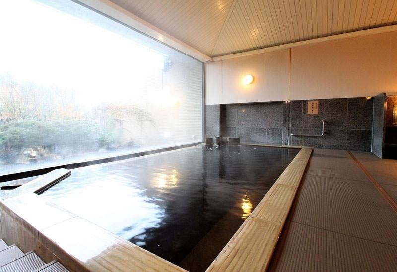 琥珀色の温泉でゆったり湯浴み