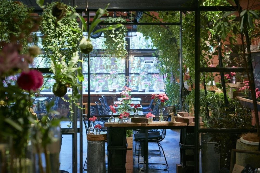 ②ガラス張りの温室をイメージした季節の花で溢れる空間 【南青山】Aoyama Flower Market TEA HOUSE(南青山本店)