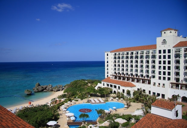 自然に囲まれたリゾートホテル「ホテル日航アリビラ」