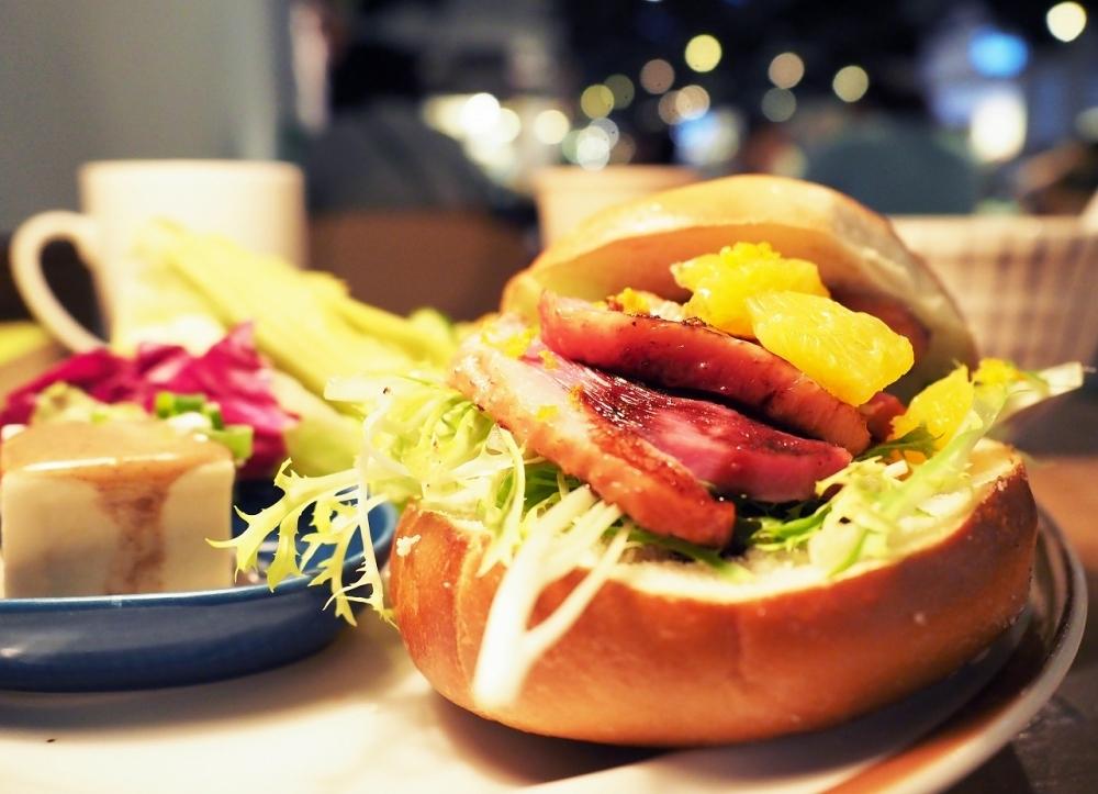絶品朝食①:迫力のジューシィ鴨肉バーガーを、ザ・かっこいいカフェ「好丘」で