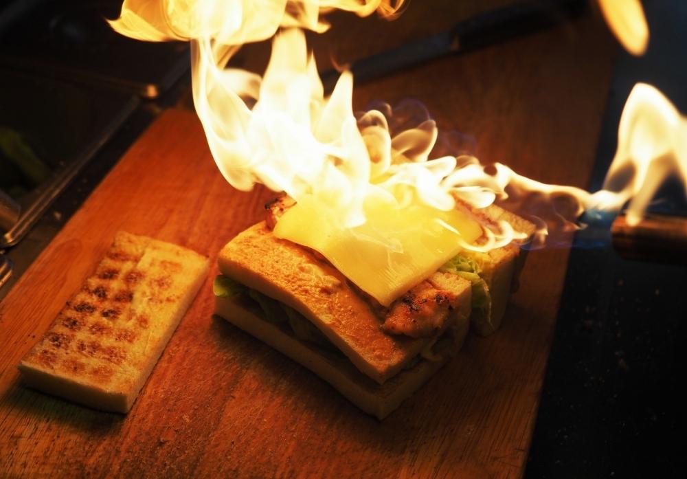 絶品朝食④:朝っぱらからファイヤー! 「明治時期碳烤吐司」の大胆ボーボー炭火焼サンドイッチで楽しい朝を