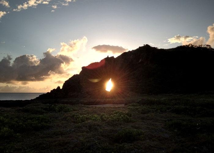 岩場にそびえる巨岩、子宝祈願の聖地「ミーフガー」