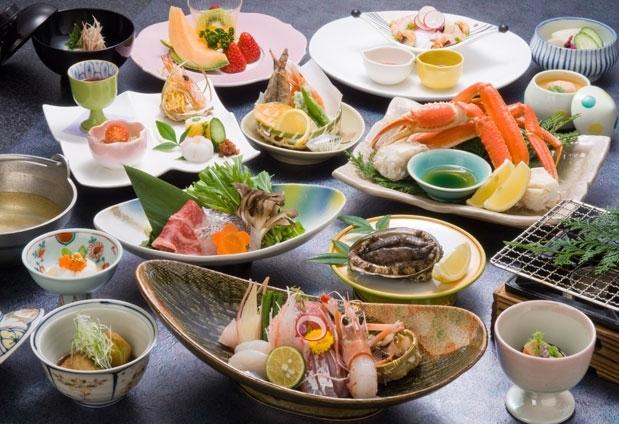 戸田温泉のホテル「海のほてるいさば」の魅力3:とれたての伊勢海老・カニ・アワビを提供
