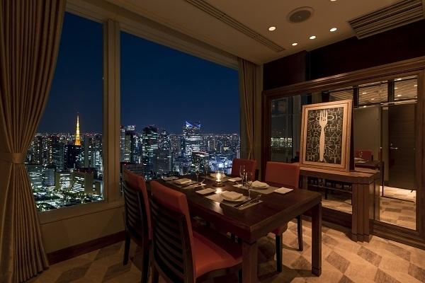 都心の夜景を楽しみながらワインと料理を楽しむ