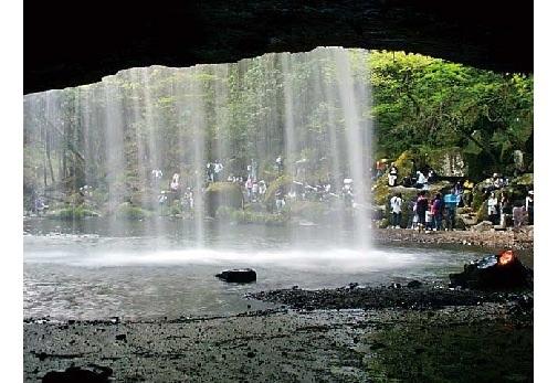 ①水のカーテンを裏側から望む爽快な景色・鍋ヶ滝