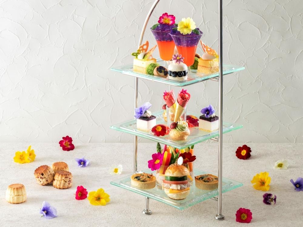 エディブルフラワーで彩られた、かわいらしいお菓子