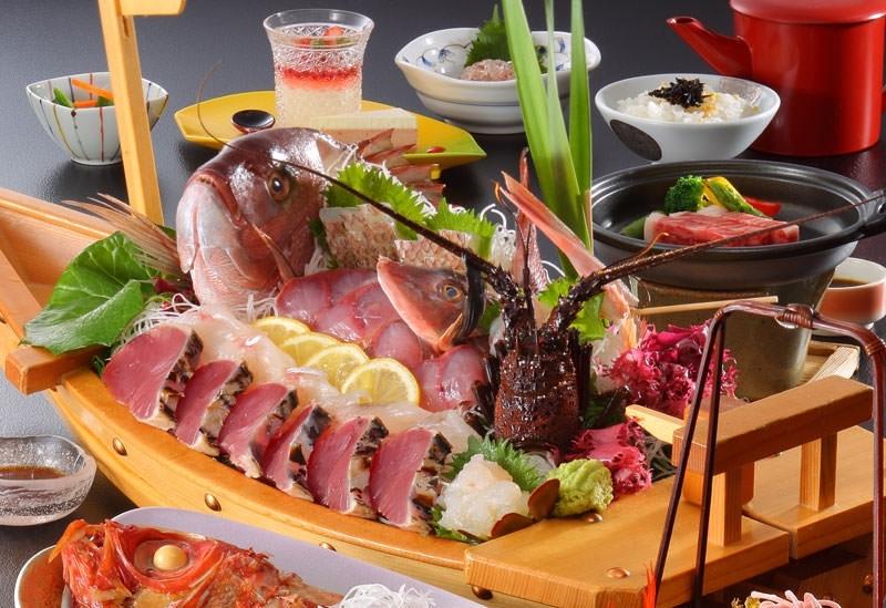 伊勢海老やあわびなど地元の新鮮な魚介料理